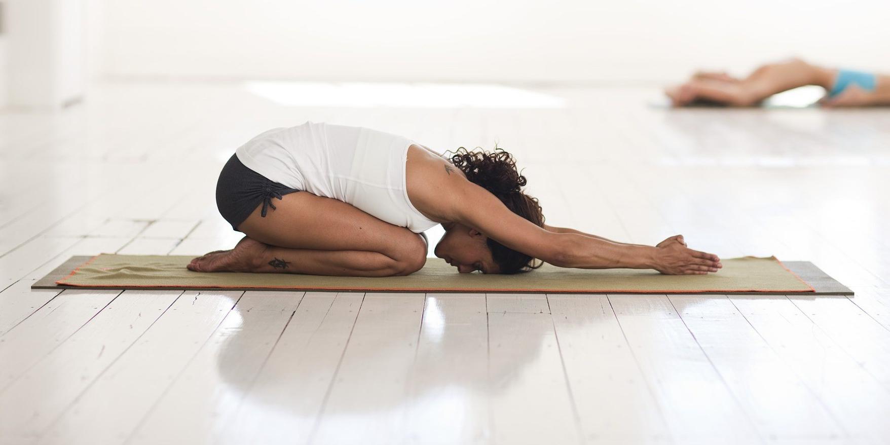 Alívio de cólicas e TPM com Yoga - Postura tranquilizante